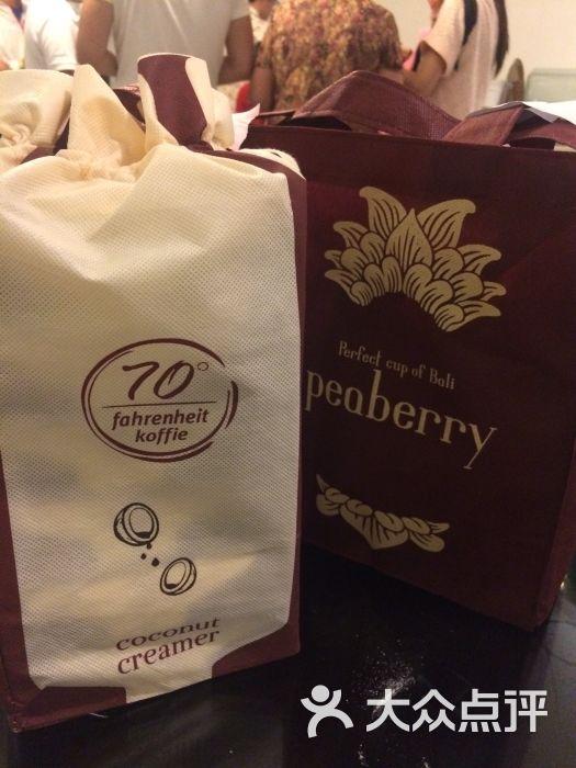 金麒麟黄金咖啡工厂是巴厘岛岛内两家著名的咖啡品牌之一!一进大厅会有相应语种的接待人员为你简单介绍咖啡工厂的来历,以及咖啡的一些简介!如果含有一粒咖啡豆,那么是公豆,如果含有两粒咖啡豆,那么是母豆。公豆一般是圆的,而母豆是扁的,按照概率,公豆一般占产量的5%-10%,比母豆要贵。从效果来看,母豆咖啡喝多了会心悸,焦味更大,公豆咖啡相对口感更好,对身体的刺激要小,是更上乘的咖啡豆。咖啡豆分为好豆和坏豆,坏豆就直接用来做三合一的速溶咖啡,知道真相的我眼泪流下来。 母豆比公豆的产量要大,它们去了哪里呢,其实就是在