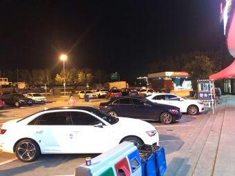 六塘服务区·停车场