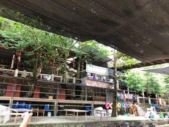 索桥河边茶园