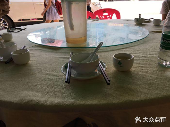 梅姨海鲜大排档餐具摆设图片
