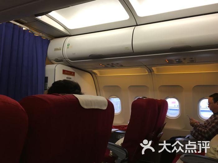 第一次头等舱之旅就在深航体验,才发现自己的凤凰知音卡累积的里程已经可以兑换机票了,哈哈哈 值机的时候才发现可选的座位竟然只有两排,仔细一看,喔...是头等舱,只有八个位置 由于是早班机,人很少,但是,我迟到了! 到了专属值机柜台竟然行李已经无法托运了,无法托运了! 接待人员建议改下一班,哭,赶时间啊。不过还好安检内外都有电瓶车接送,直接冲安检了,还好万幸安检没有卡,直接拖着大箱子上机。 尊鹏阁很洋气的说,比卓忆贵宾厅那边要好,吃的东西各种选择 但是,又来但是了,我临起飞只有25分钟了,接待人员竟然跟我说先