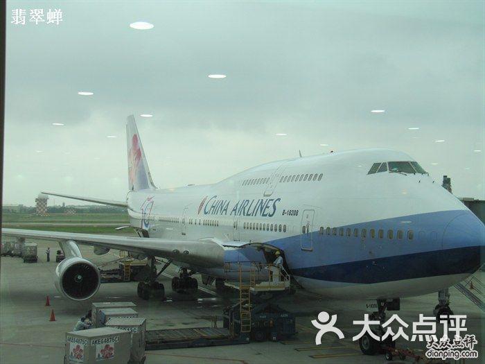 之前有段时间频繁去台湾,坐的是华航,整体感觉蛮好的,如果说要做个类比,那么,以前的国泰可以与之相媲美。当然了,现在国泰也不差,但是,相比机上的服务,我觉得机场贵宾室的服务甚至更好一点。 去年六月下旬去了一次台北,结果定的回程航班被取消了,原因居然是华航的空乘罢工了。虽然说国内的航空公司在客服工作上也是有待提高改善的,不过国内航班延误或者取消,基本上都是政治原因或者不可抗力。讲真,从来没有碰到过罢工导致的停飞咯。 外航里面,经常罢工的是法航,所以,法航已经是高居我的黑名单首位,反正去欧洲的航空公司选择多,再