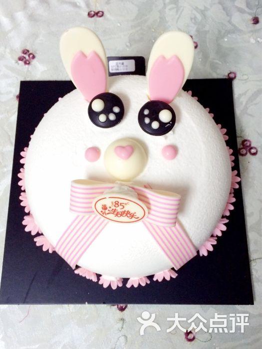 到手的小兔子的外形还是蛮可爱的,小朋友爱吃,表面奶油蛮厚的,蛋糕胚