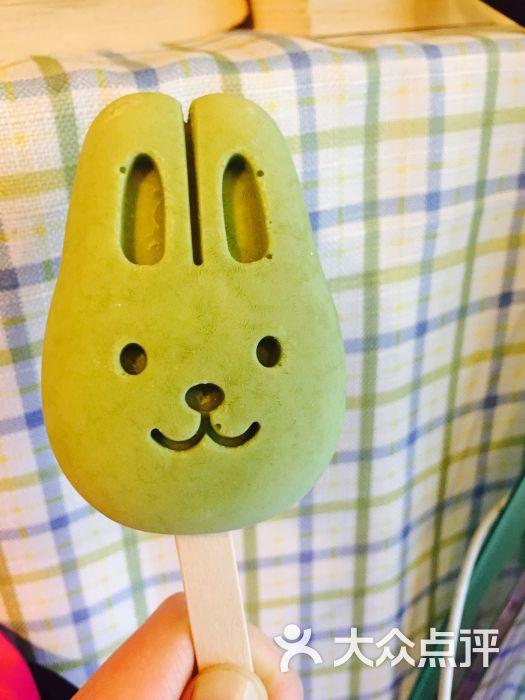 要不雪糕太软,就冻不成小兔子形了~)让酸奶冰冻后的口感更软密;至于