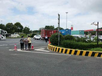 港沿服务区停车场