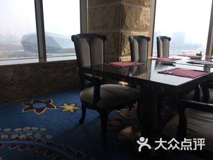 皇朝万酒店的十楼环境相当不错背靠大钻石