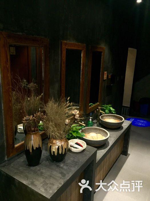 大四囍重庆老火锅二楼洗手间图片 - 第1张
