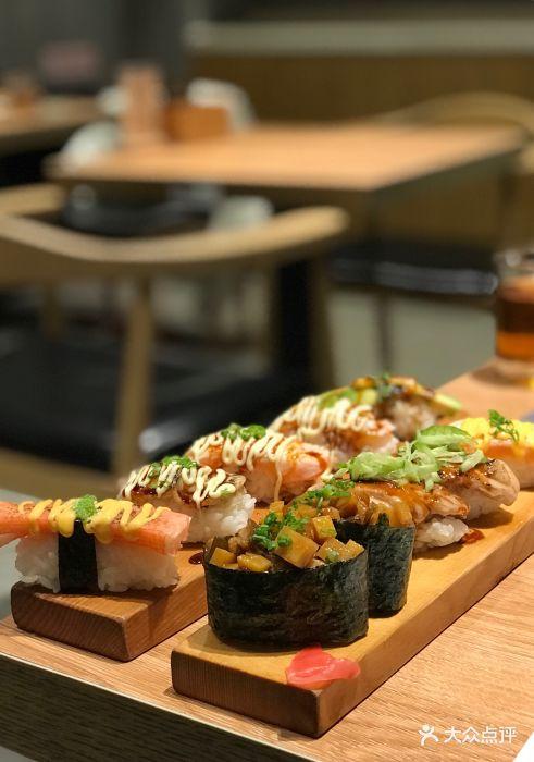 炙烤叶朴鹅肝握寿司图片