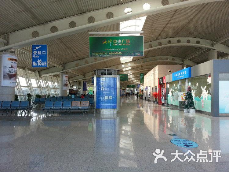 青岛机场位于城阳叫流亭机场,从中山路格林豪泰酒店,火车站,四方大酒店,市南区丽晶大酒店,家乐福都有机场大巴经过,2013年当时一个人20,去过好几次,接送朋友,回陕西都是去这里飞机的,飞机两小时,火车最快22小时当时,还好现在有动车了快了不少,当时每次都是去哪儿网订票挺便宜火车票,去了机场换票,记得当时嘀嘀打车在青岛还不被人熟知,第一次微信叫滴滴是出租车去机场,大早上半天不来,赶时间取消了,自己打的去的,那个滴滴出租车司机一直给我打电话恐吓我,说跟我到机场了,让我赔偿他一百,说很多伤人的话威胁最后直接拉黑