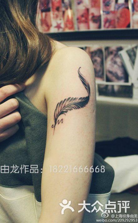 手臂羽毛纹身