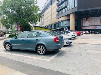 大通购物中心停车场