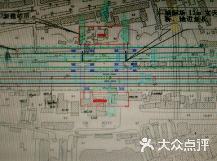 去扬州的直达火车要到南京绕一下的,所以选择乘到镇江再换汽车。 去的时候感觉出站的标志还蛮清晰的,而且很顺利就买到了汽车票。 镇江到扬州的车票17元,全程45分钟左右,走大桥的,还不错。 回来就不对了,我是提前买好镇江到上海的火车票,17:49的,于是很笃定的三点四十分就到扬州汽车站了,买到的票竟然是17:00的,明显来不及的,个记喇叭腔了。所以提醒大家千万去的时候买好返程汽车票。 用其他方法到了镇江火车站,这个站貌似只发高铁和动车的,很小的。最主要候车区冷是冷的来,一直在跳啊,我说这里连空调都没有吗?还好