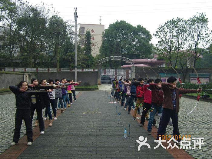 少年射箭射击训练作文(重庆市尚羿体育俱乐部关于打门球的基地图片