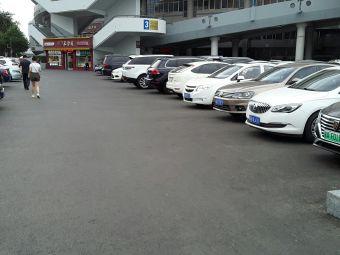 裕彤国际体育中心停车场