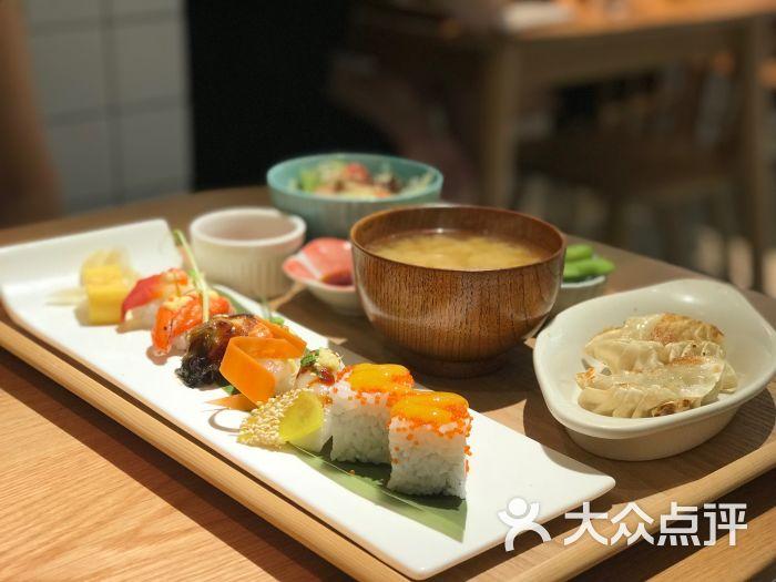 明日家庭料理(珠江新城店)寿司拼盘饺子定食图片 - 第2张图片