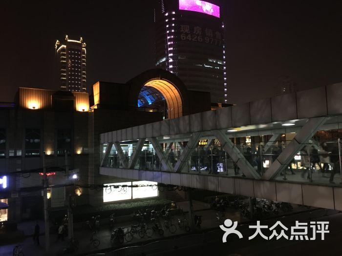 虹桥路地铁站,在三四号线上也是属于比较大的站了,在这里可以换乘十号线。十号线是在地底下走的,三四号线是在高架上走的,所以换乘的话得走一段长长的走廊,还有一座长长的自动扶梯。十号线的站台立柱上还是有非常好看的装饰画,给沉闷的车站带来一丝活跃的气氛。三四号线的站台在高架上,这里是三四号线分离的站点,四号线过了虹桥路就要往地下走了。