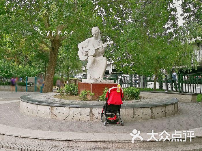 左家庄街心公园雕塑图片 - 第2张