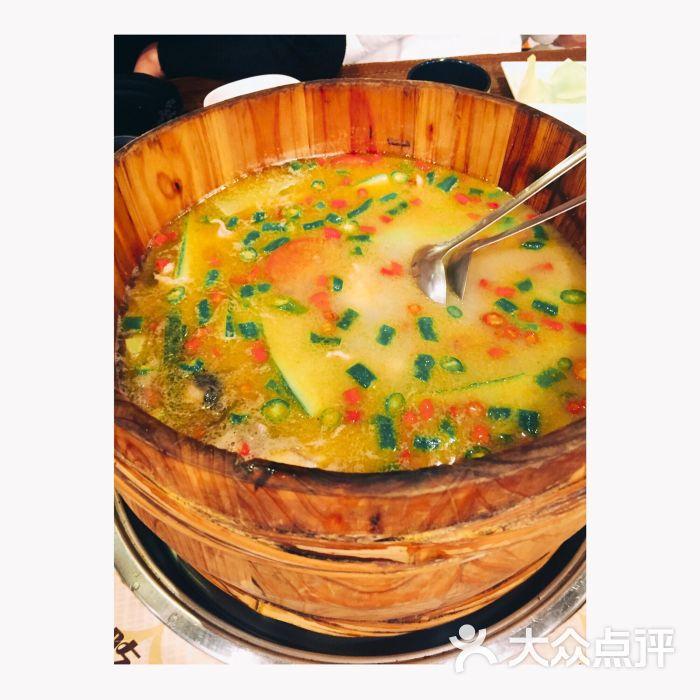 一边减肥肚子饿的咕咕叫一边还要兢兢业业完成未写的点评。被公共主页安利遂去拔草的一家店。呃,看个人口味吧,本宝从小就爱吃鱼吃遍各种鱼嘴巴略刁,所以口味只给的三颗星,私心觉得南京城比这更好吃的鱼还有上一些。但是应该是蛮养生的汤底,点的清香麻辣口味,挺特别的味道,要的应该是鮰鱼,肉质肥美。自助水果的橙子挺新鲜~ 个人意见,不喜勿喷哟。
