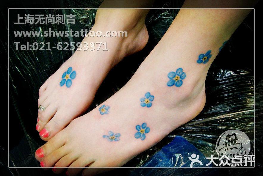 脚背蓝色小花纹身图案~无尚刺青工作室