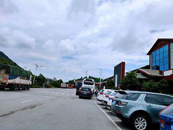 刘官服务区-停车场