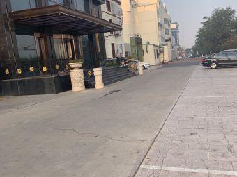 聚龙大酒店停车场