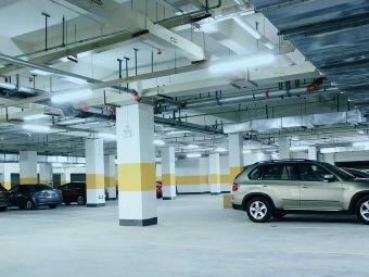 磊达大酒店停车场