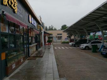 泰山服务区停车场