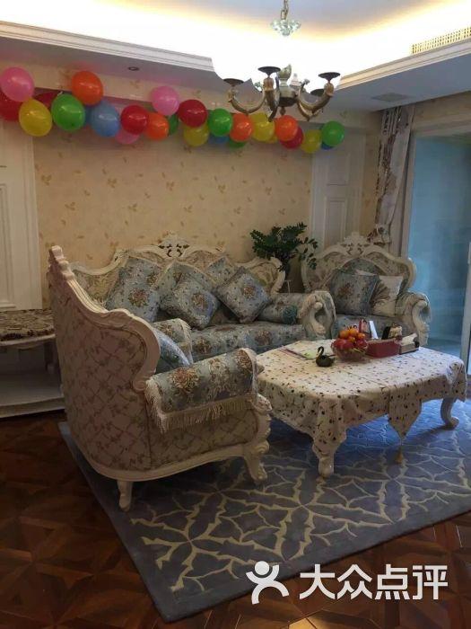 客厅是欧式田园风格的沙发