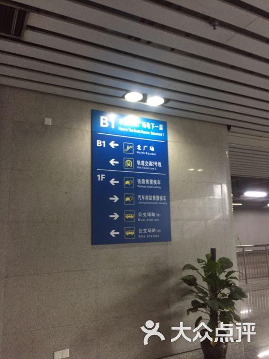 家门口的机场。计划单列市、副省级城市里,这个机场规模,真的是很小很小了。9个登机廊桥一个还不能用,一共才15个登机口。20个值机柜台,除了地主东航有几个专属柜台以外,其他航司都得共用。 从上午八九点开始,机场里人就超多,冷气都变得不给力。没有几家值得坐下来吃喝的店,最国际化的店就是肯德基。 不同于其他小机场,晚上不关门还不错。延误到三点多才进港的航班,地铁没的太早,滴滴也不大有,出租车漫天要价,近旁酒店爆满。到了只能在机场将就一下,太恐怖了。 机场服务效率还是高的。 坐等日出。 书藏古今,港通天下。宁波欢