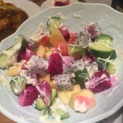 水果沙拉不错,除了黄瓜,有芒果,菠萝,红火龙果,白火龙果,西瓜,哈密瓜图片