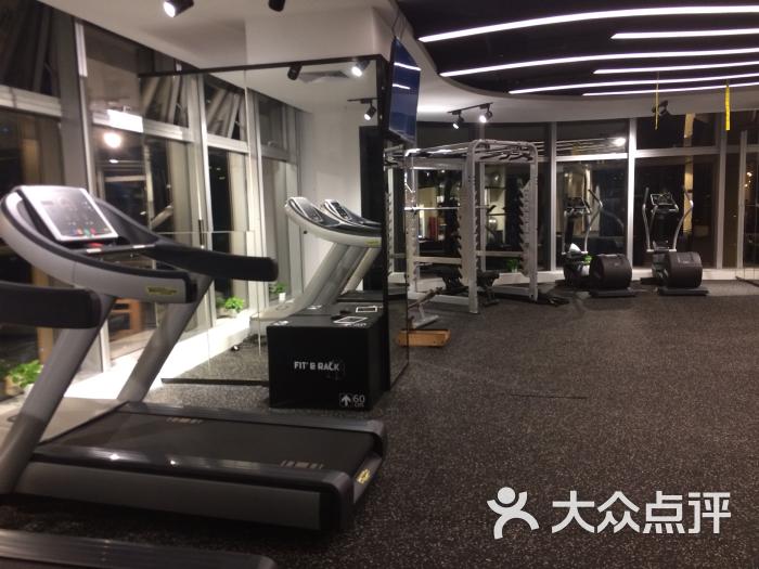 全新风格的健身房,黑色为主,现代感很强烈