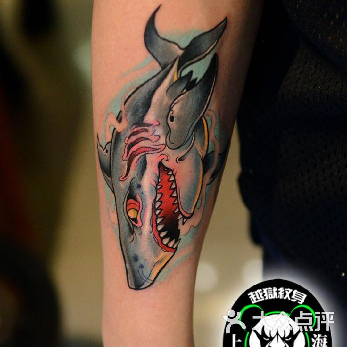 手臂彩色鲨鱼纹身