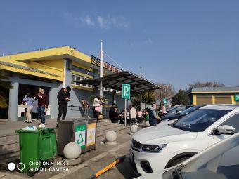 新野服务区-停车场