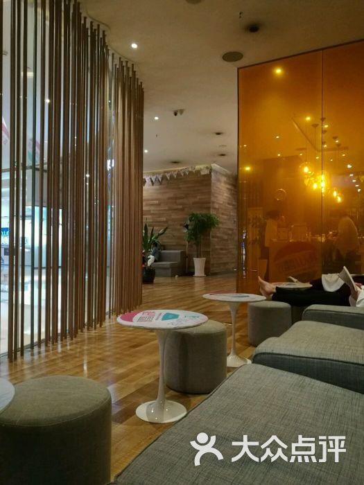 卡莫瑜伽(龙湖·时代天街店)玻璃那边是吧台图片 - 第48张图片