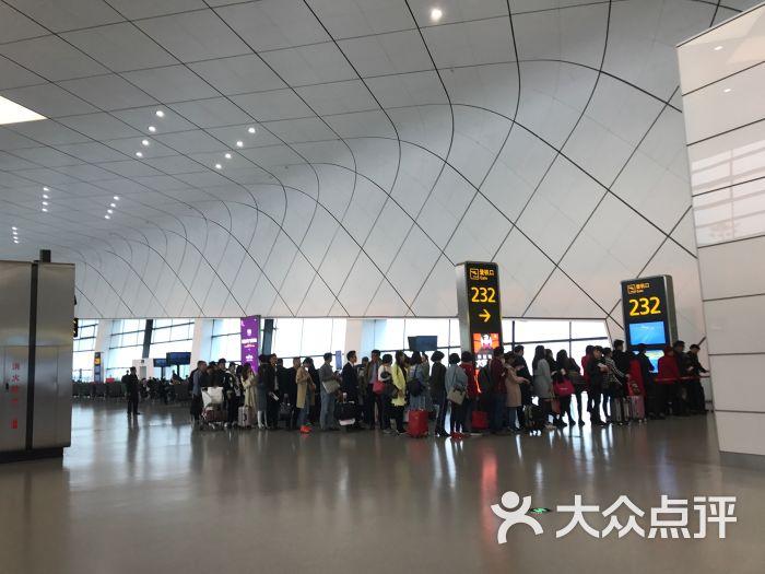 郑州新郑国际机场(Zhengzhou Xinzheng International Airport)(ICAO机场代码:ZHCC;IATA机场代码:CGO),简称新郑机场,别称轩辕机场,于1997年8月28日建成通航。是中部地区首个拥有双航站楼、双跑道的机场,华中地区级别最高的飞机检修基地,是实现高速公路、地铁、高铁等多种交通方式无缝衔接的综合交通换乘中心。 郑州新郑国际机场是中国八大区域性枢纽机场之一、中国四大货运机场之一,货邮运增幅全球最快(中国第一,中西部首位)。郑州机场的货运航线已通达全球主