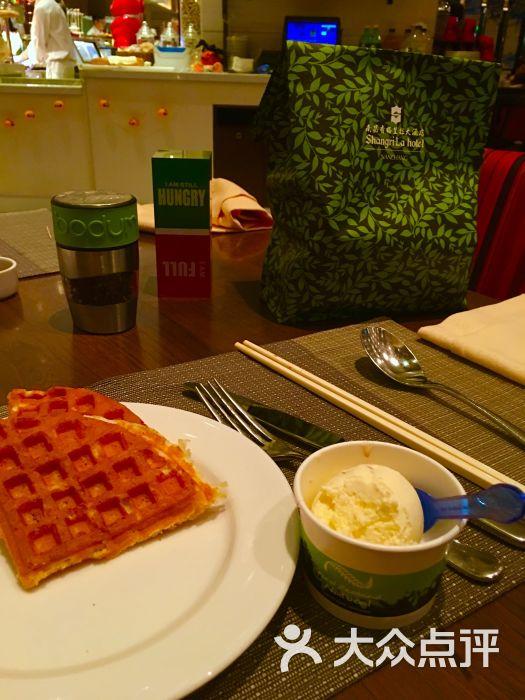 香格里拉大酒店 · 红咖啡厅华夫饼和冰淇淋图片 - 第1张
