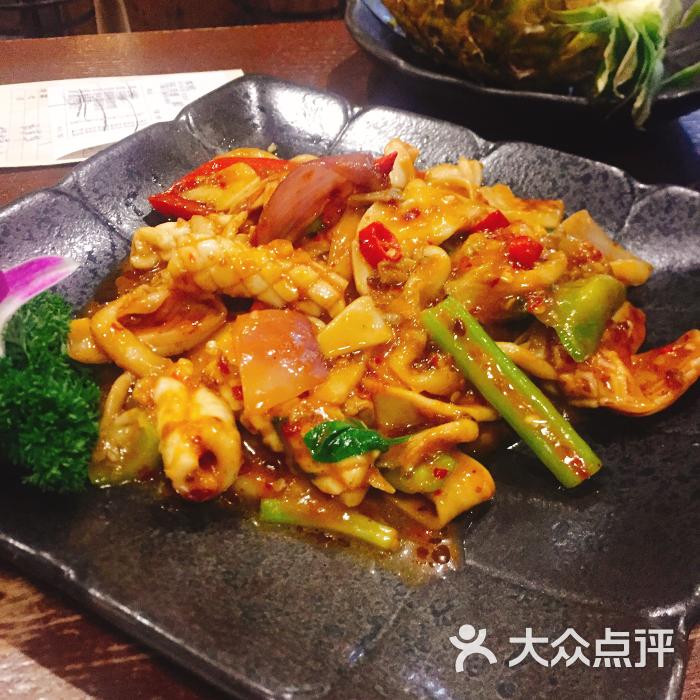 菠萝海鲜饭没有想象中好吃,下次可能不会再点.辣椒膏炒鱿鱼,蛮新鲜的.图片