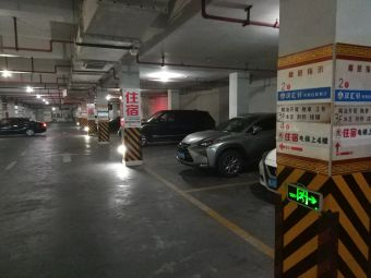蓝天·金都商厦停车场