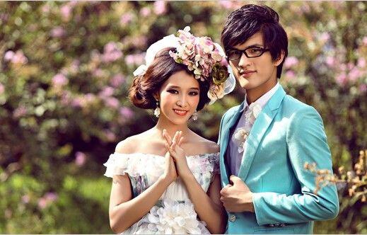 户外婚礼策划方案一、婚礼现场布置 想要成功举办一场户外婚礼就不能够忽略一些关键的因素例如场地装饰布置,一般来说户外草坪婚礼的风格以西式为主。为了让婚礼整个主题都显得和谐点,选择的颜色应该以浅色调为主,草坪婚礼最好不要选择太多红色。 户外婚礼策划方案七、交通因素 在举办婚礼之前派发请柬的时候要告诉宾客你们的婚礼形式,最好能够在请柬中注明具体地点和交通到达方式。一般户外的婚礼场地都会离市区比较远,最好能够为亲朋戚友准备好交通工具到达,以免一些人找不到婚礼场地。