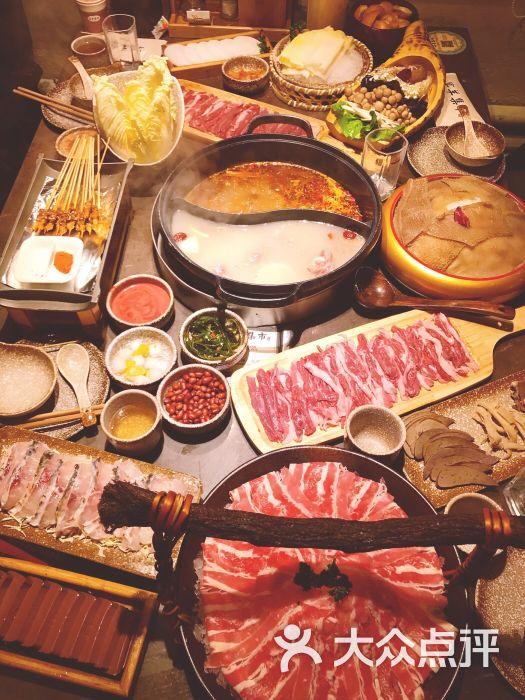 大半夜被朋友拖出来吃火锅,其实我不爱吃羊肉的,但是一到店里,一桌菜