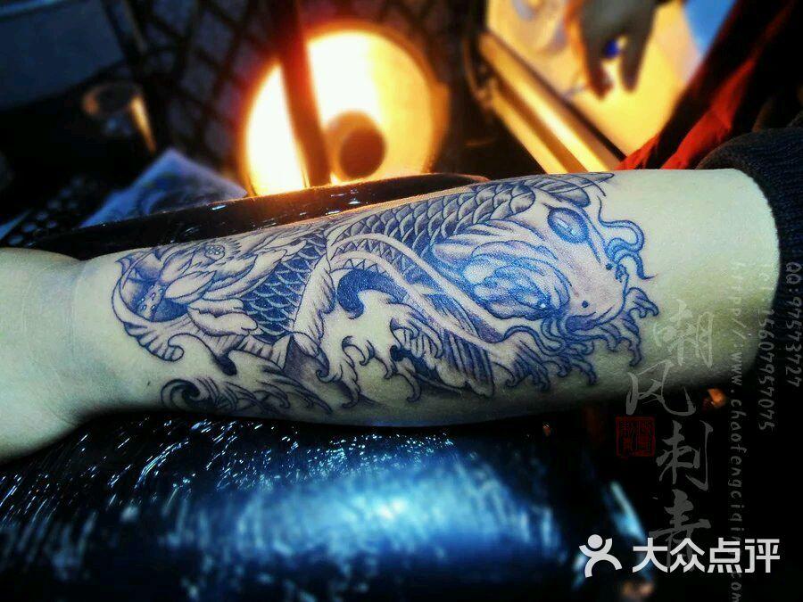 江西丰城市专业纹身店嘲风刺青黑白鲤鱼纹身