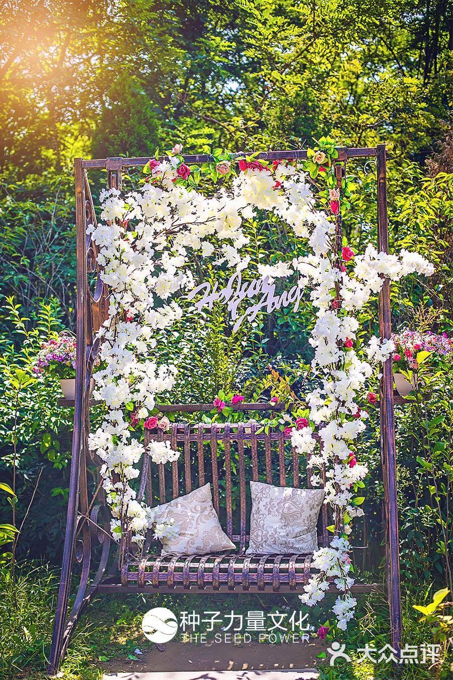 婚礼仪式将在户外举行,工作人员都非常的和蔼可亲,屋内是简单的欧式布
