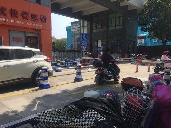 滨江大厦临街停车区