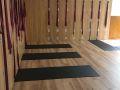 因为心灵修行也是瑜伽至关重要的一个环节,墙绳是辅助下犬式动作的图片