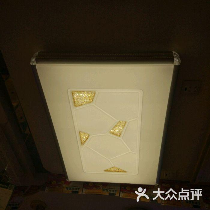 辉煌灯饰城水碾河总店停车场