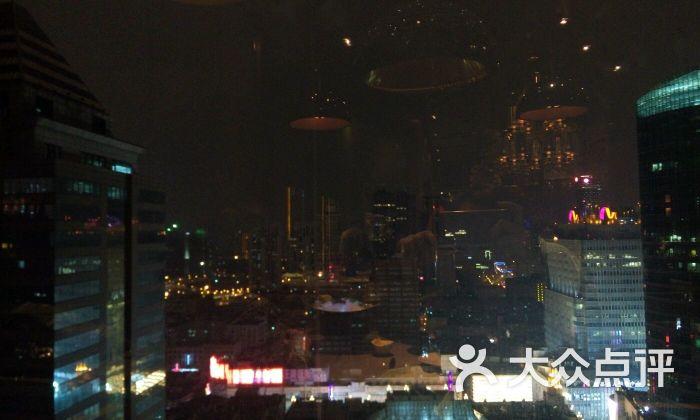 欧式复古水晶大吊灯与窗外上海夜景着实配的好美