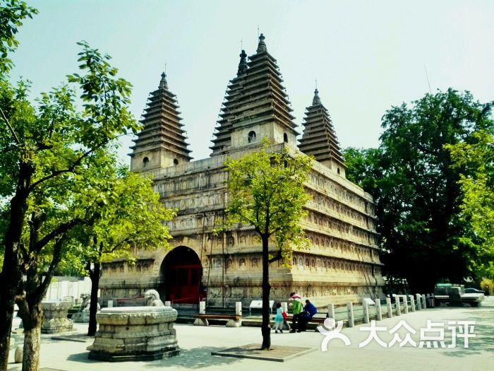 一个城市总有那么一个地方,对你有着未知的吸引力,五塔寺就是这样一个地方,一个连好多北京当地人可能都不太知晓的地方,可至从大二第一次跟朋友来过以后就被它的一种魔幻的魅力深深吸引了。 五塔寺是它的俗称,它原名真觉寺,国内仅有的几座金刚宝座塔之中最为精美的一座。建于明代,以印度的佛陀迦耶塔为蓝本,融合了中国古代建筑和雕刻风格。 五塔寺的位置其实挺好找的,和有百年历史的北京动物园的后门隔河相望。走近了,就看见门口不经意的堆着几座石兽和二个有些残破的华表。五塔寺是一个清清静静地,游人极少。 金刚宝座塔外形可分