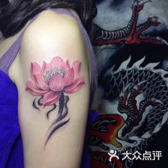 阿hui荷花纹身.