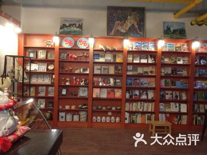 猫咖啡店设计图-豆角猫咖啡馆 一面墙的书籍图片