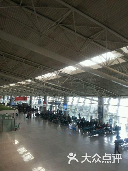 流亭机场特别的大,看着宽阔的场地就比较舒服,然后流亭机场的外面还有一些专门儿推箱子的车子。第一次用不太会。后来才知道,原来是要摁下去才可以往前推的。我提前了两个小时来到了机场,原来是怕人太多,没想到来了以后才发现时间完全够用,最后是白白的等了两个小时呀。最后只能安慰自己,来早了总比来晚了好嘛!嗯,来之后我才知道,原来水是不可以带上飞机的,充电宝不可以托运等等。然后我就把带来的脉动托运上了飞机,哈哈哈。我坐的是青岛航空哈,感觉空姐的服务态度还要加强哦! 有了流亭机场就可以随便飞去任何地方了,方便了很多。最后
